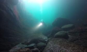 Video: Op verkenning in een zeegrot